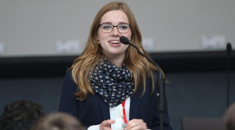 Früh übt sich: Trierer Schülerin beim Zukunftsdialog im Bundestag
