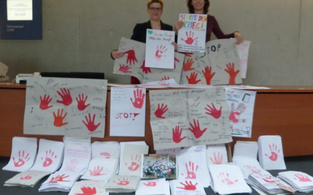 """""""Red Hands"""" aus der Stadt Trier an Kinderkommission im Bundestag übergeben"""